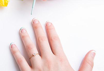 Lieblingslack auf die Nagelspitze auftragen