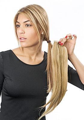 Haare zu einem Zopf verbinden