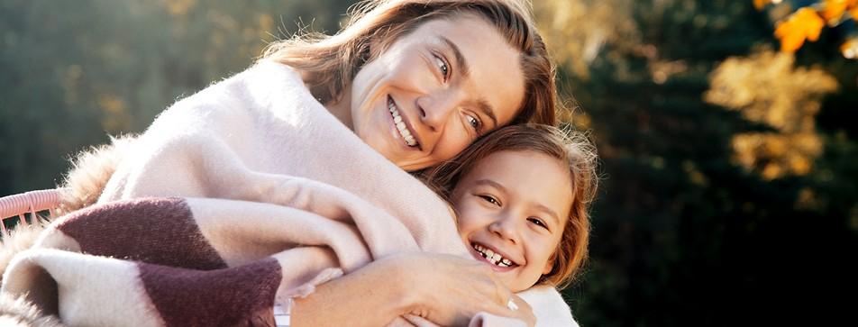 Mutter und Tochter beim Posieren.