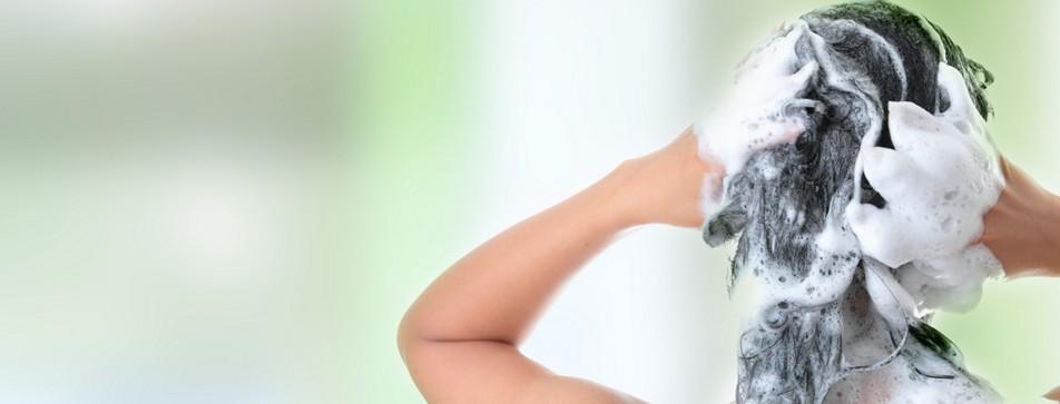 Glanz und Volumen des Haares hängen mitunter von der Wahl des Shampoos ab.
