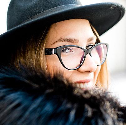 Kreative Brillenform und Hut dürfen in diesem Street Style nicht fehlen.