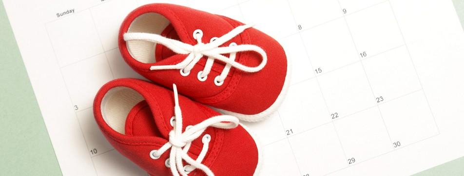 Rote Babyschuhe auf Kalender