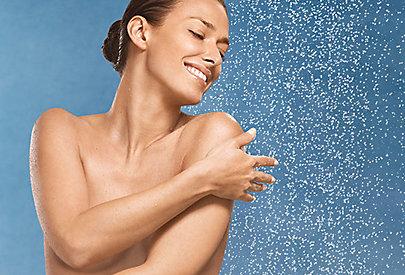Duschen Sie nicht zu heiß - das kann die Haut strapazieren.