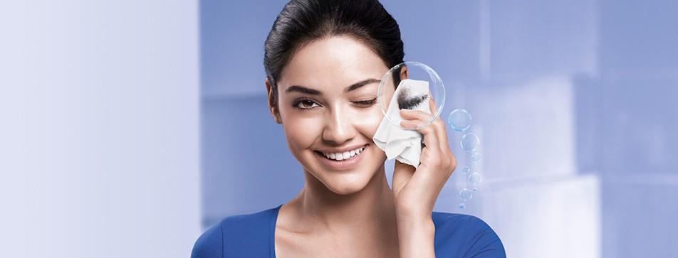 Abschminken, Gesichtsreinigung und Klären der Haut in einem: Mit dem NIVEA Mizellenwasser einfach, schnell und gründlich!