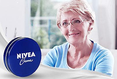 Verwöhnt die Haut in jedem Alter: die klassische Nivea Pflegecreme