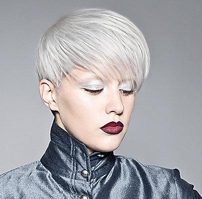 Dunkler Lippenstift als Kontrast zum hellen Haar.