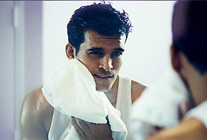 Pflegen Sie die Haut nach dem Rasieren mit Feuchtigkeit.