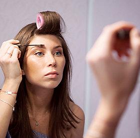 Die Augenbrauen sind ein wichtiger Teil des Make-Up.