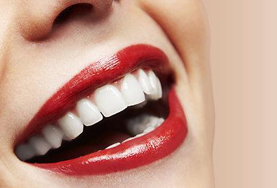 Roter Lippenstift auf den Lippen