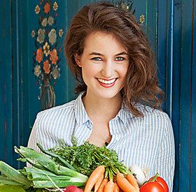 Eva Fischer mit Gemüsekiste in den Händen
