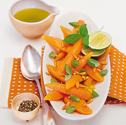 Antipasto von Karotten, Limetten, Basilikum und Pinienkernen