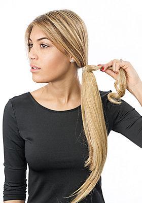 Kunst-Haar um eigenen Zopf wickeln