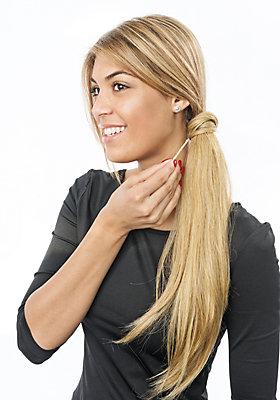Haare mit einer Haarnadel fixieren