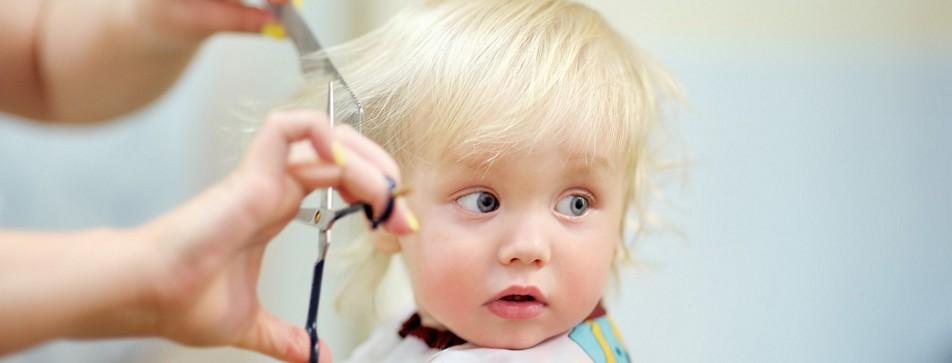 Haare schneiden bei Babys und Kleinkindern.