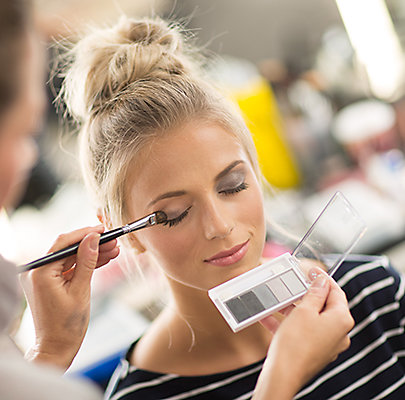 Beim Augen-Make-Up kommen Graunuancen zum Einsatz.