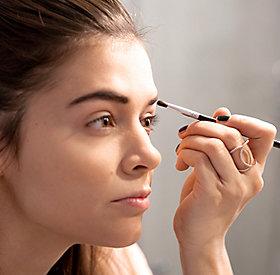 Die Augenbrauen werden mit Lidschatten und Augenbrauengel in Form gebracht.