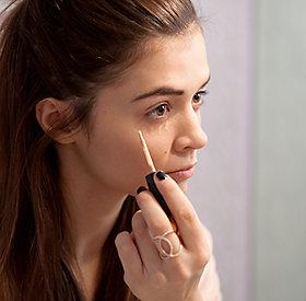 Bevor Make-Up aufgetragen wird, gehört die Haut gepflegt.