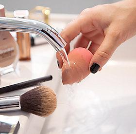 Das Make-Up wird mit kleinen Tupf-Bewegungen aufgetragen.