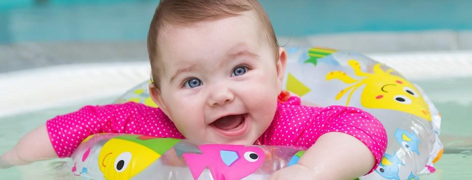 Babyschwimmen macht schon den Kleinsten Spaß.