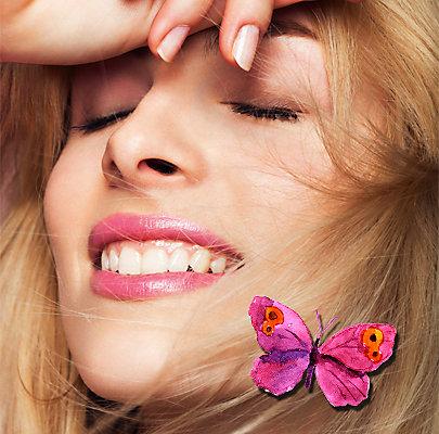 Auf den Lippen fällt die Farbe dezent matt aus, wird aber mit einem Highlighter glänzend betont.